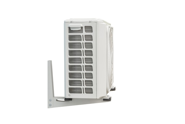 클리핑 패스를 사용하여 흰색으로 격리된 에어컨 시스템의 응축 장치입니다. 벽에 설치된 응축 장치.