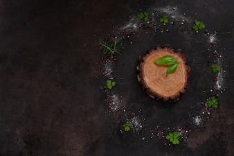調味料と丸い木の板にスパイス。