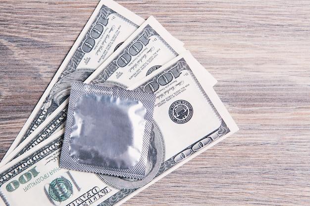 테이블에 돈에 콘돔