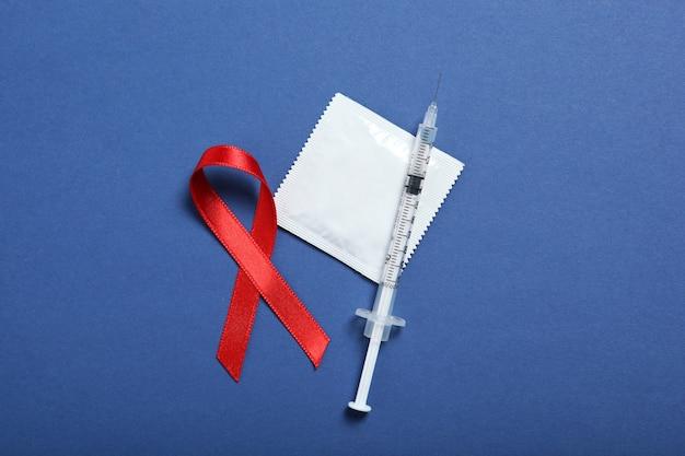 Презервативы и красная лента, символизирующие всемирный день борьбы со спидом