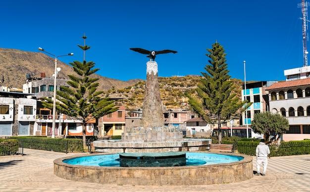 ペルーのコルカキャニオンにあるカバナコンデの中央広場にあるコンドル記念碑