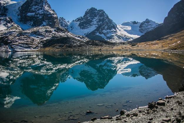 コンドリリピークとボリビアのアンデス山脈、コルディレラレアルの湖