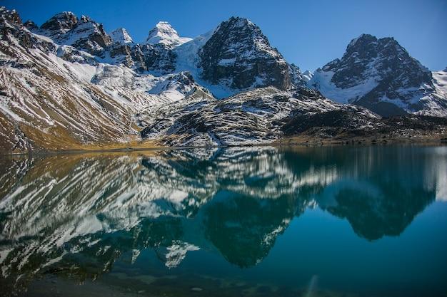 コンドリリ山とボリビアアンデス山脈のコルディレラレアルの湖