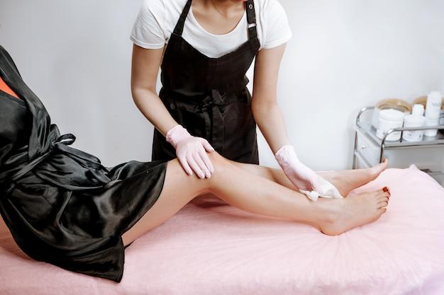 Проводит процедуры для ног
