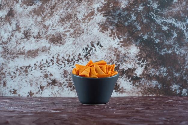 대리석 테이블에 그릇에 콘 칩.
