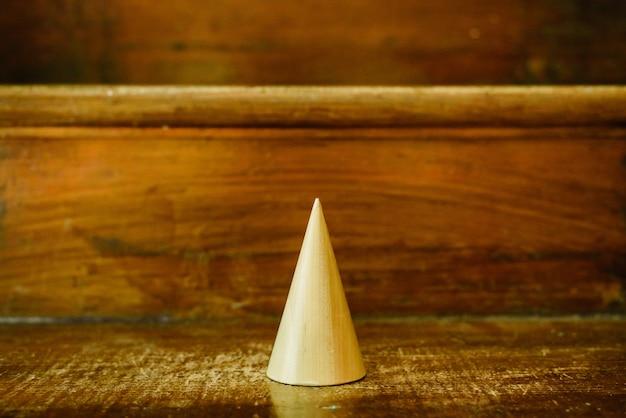 幾何学を研究するための木材の円錐形