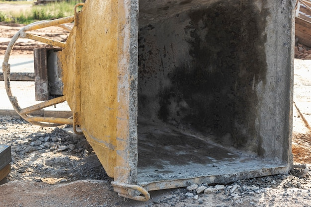 クレーンによるモノリシック構造のコンクリートを運搬および注入するためのコーンタンク。
