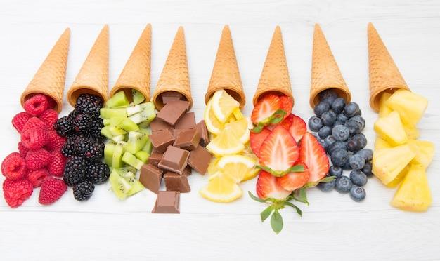 Рожок вафли со свежими фруктами и шоколадом, приготовление домашнего мороженого
