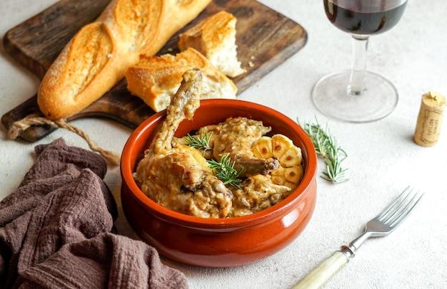 Conejo en salmorejo al estilo canario、ローストしたウサギのカナリア諸島マリネ、スペイン料理とカナリア諸島料理