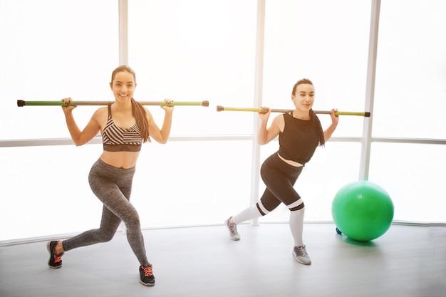 Fintess 방에서 운동 집중된 젊은 여성