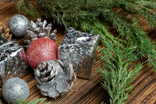 緑のモミ、トウヒの枝にコーンとクリスマスツリーのおもちゃ