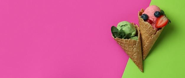 두 가지 음색에 과일 아이스크림 콘