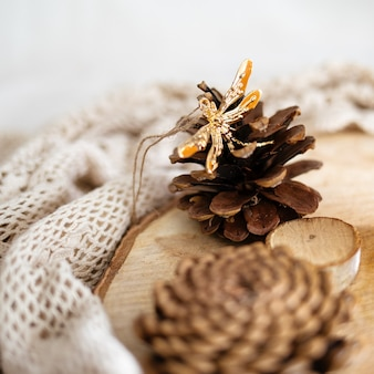 白いレースの織物に囲まれた木の切り株の円錐形
