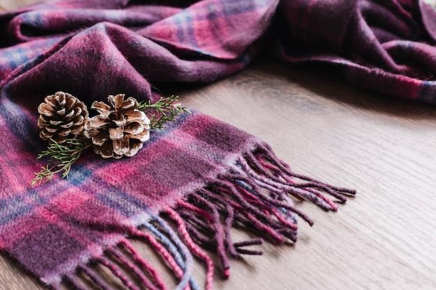 Конусы с зелеными ветвями на шарфе