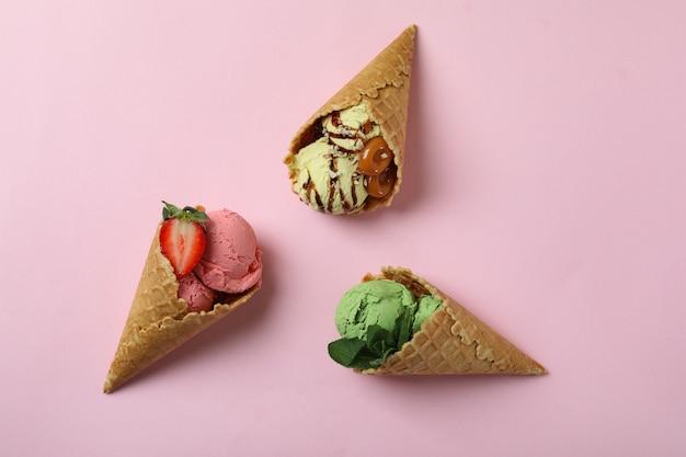 ピンクのアイスクリームとコーン