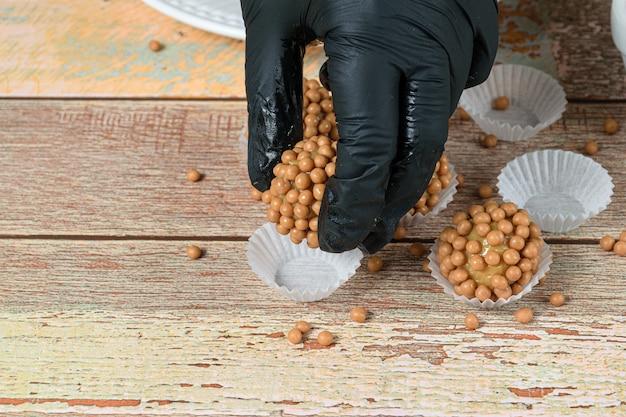 パッケージに塩キャラメルを添えたドゥルセ・デ・レチェのブリガデイロ(准将)を残した菓子職人。