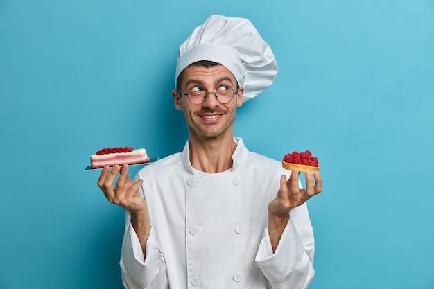 菓子屋さんが美味しいケーキを持って立っている