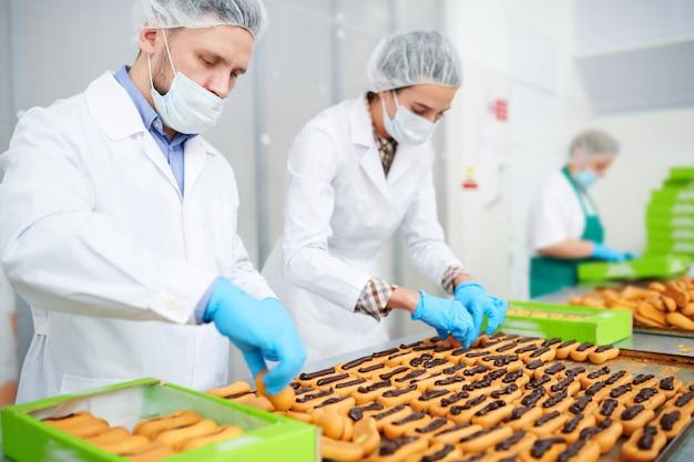 Кондитеры, делающие тесто с шоколадным кремом