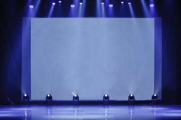 Конференц-зал на бизнес-мероприятии пустая сцена пустая сцена с экраном для прокто