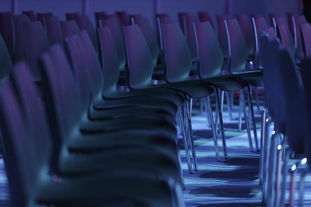 회의장 또는 세미나 실, 강당 또는 강당 또는 교실의 빈 좌석.