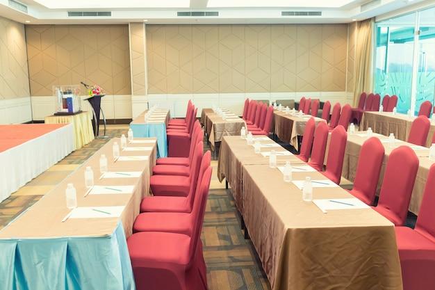 会議ミーティングルーム、舞台椅子の列、ビジネスミーティング、会議用の空画面
