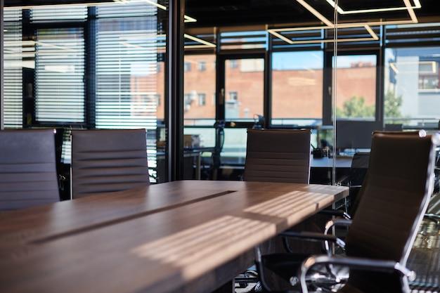 Конференц-зал в офисе. современный конференц-зал для деловых переговоров и деловых встреч. зал заседаний