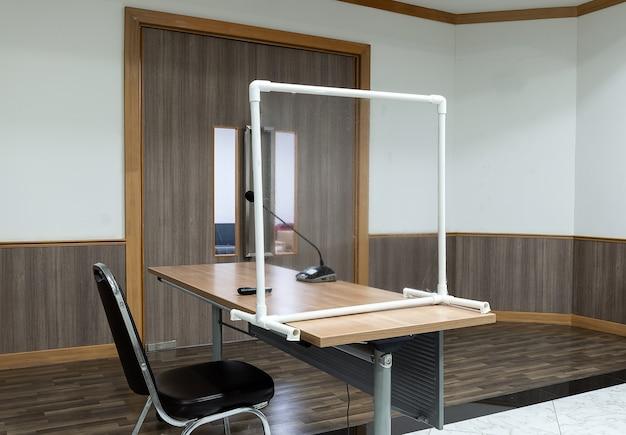 Covid19を防ぐための透明なプラスチックパーティションを備えた会議テーブル