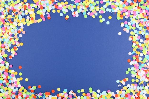 青い背景の紙吹雪フレーム