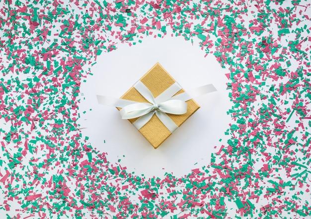 白のギフトボックスとクリスマスの装飾色の紙吹雪