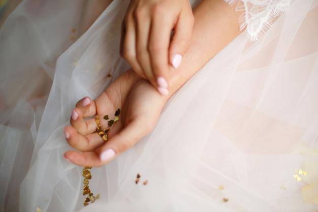 하트와 여자 손 모양의 색종이 조각