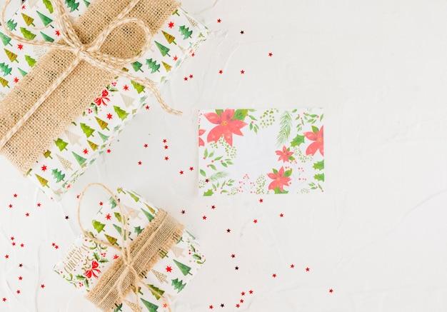 Confettiと装飾的なナプキンの近くのプレゼントボックス