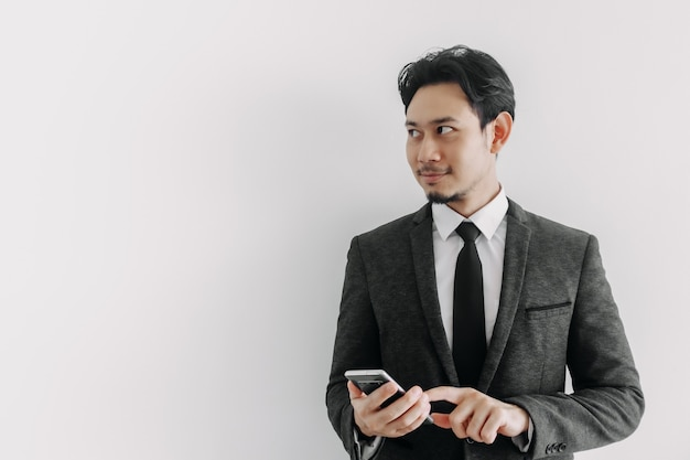 전화 응용 프로그램을 사용하는 사업가의 자신감과 성공적인 얼굴