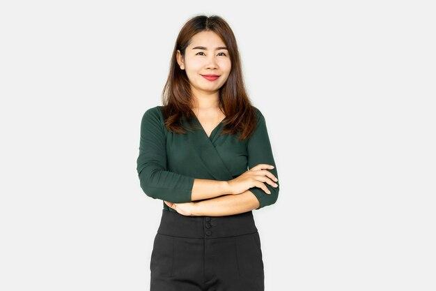 腕を組んで笑っている自信アジアのビジネス女性
