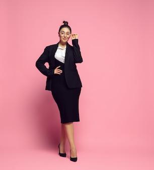 신뢰. 사무실 복장에 젊은 여자. bodypositive 여성 캐릭터, 페미니즘, 자신을 사랑하는 것, 아름다움 개념. 플러스 사이즈 사업가, 우아한 선생님, 아름다운 소녀. 포용성, 다양성.