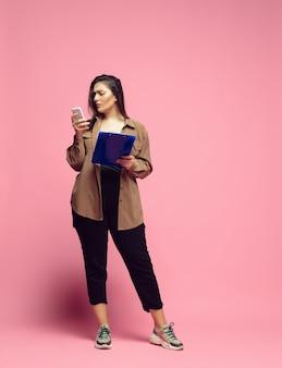 사무실 복장에 자신감 젊은 여성 bodypositive 여성 캐릭터 페미니즘