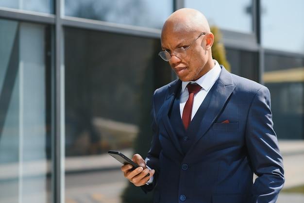 Уверенный афро-американский бизнесмен на открытом воздухе
