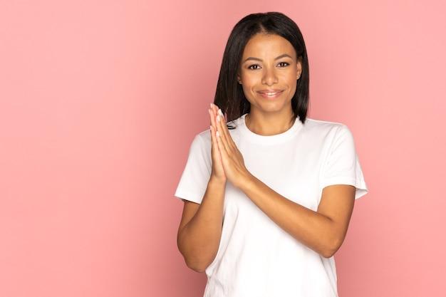 자신감 있는 아프리카계 미국인 여성이 손을 문지르며 좋은 거래를 한 후 성공하고 긍정적인 기쁨을 누렸습니다.