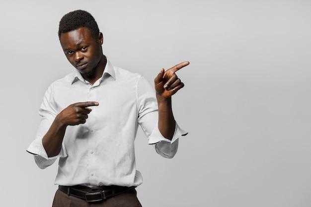 자신감이 아프리카 비즈니스 맨 포인트 오른쪽