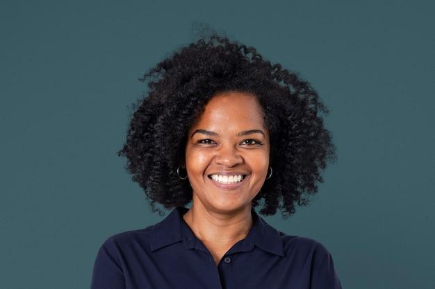 仕事やキャリアキャンペーンのためのクローズアップの肖像画を笑顔自信を持ってアフリカの実業家