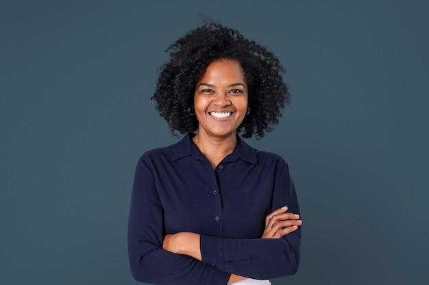 Ritratto sorridente del primo piano della donna di affari africana sicura per i lavori e la campagna di carriera