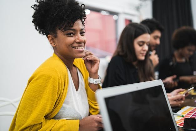 사무실에서 일하고 자신감과 아름다운 아프리카 미국 비즈니스 여자. 비즈니스 개념.