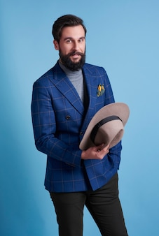 모자와 자신감과 쾌활 한 사업가