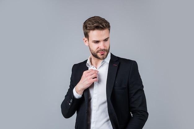 自信を持ってスタイリッシュ。ビジネスルックのひげを生やした男。ファッションと美容。理髪店のコンセプト。メンズウェア。自信のあるビジネスマン。オフィススーツの若いハンサムな男。スタイリッシュな男性はフォーマルな服を着ます。