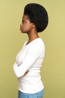 자신감이 화나거나 심각한 아프리카계 미국인 여성 프로필 흑인 여성이 손을 접고 서 있다