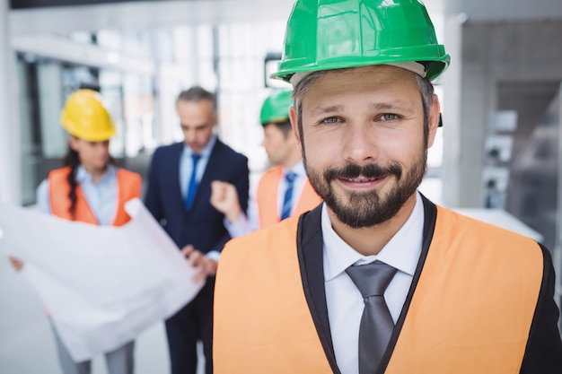 Уверенный архитектор улыбается