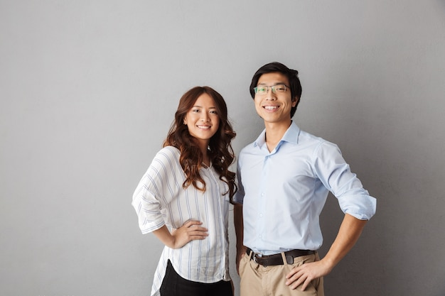 Уверенно азиатская пара позирует улыбается