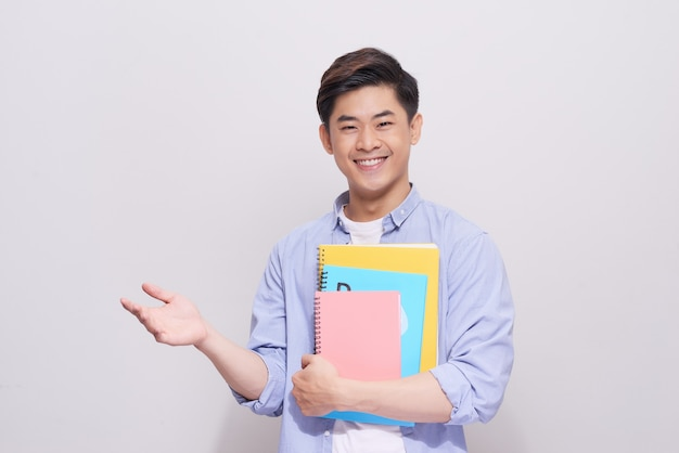 本のジェスチャーの手を握って自信を持ってアジアのハンサムな学生