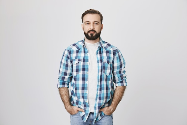 ポケットに手で自信を持ってひげを生やした成人男性
