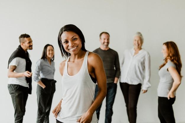 チームの前に立っている自信のある黒人女性