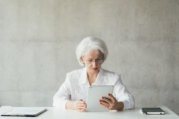 Уверенная бизнес-леди. зрелая женщина-босс. сила и успех